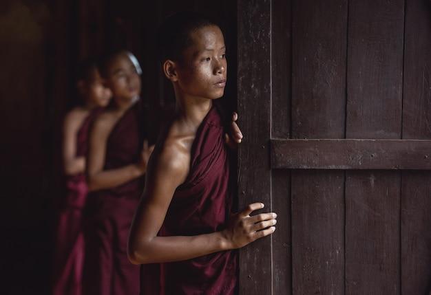 Monjes novatos en myanmar