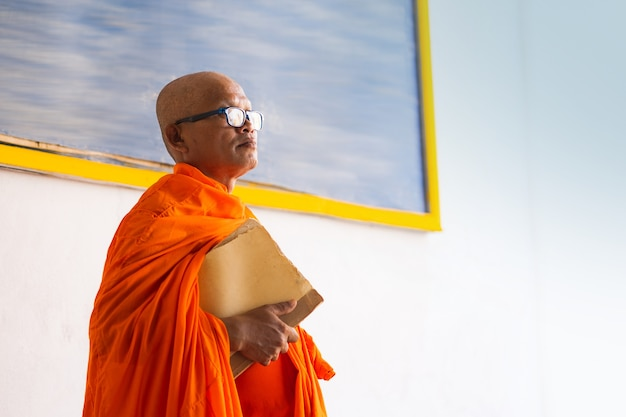 Monjes en tailandia con un libro