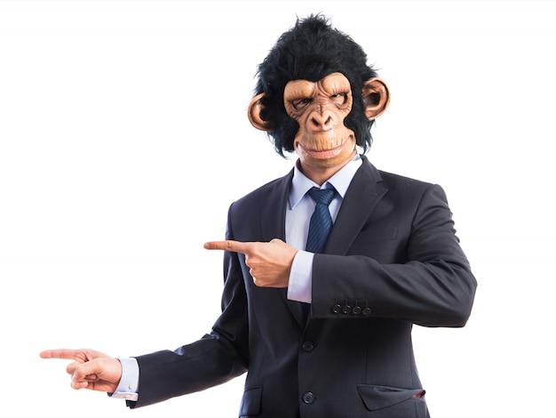 Mono hombre apuntando a la lateral