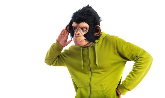 Mono hombre escuchando algo