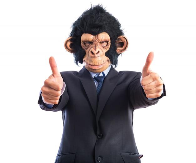 Mono hombre con el pulgar hacia arriba