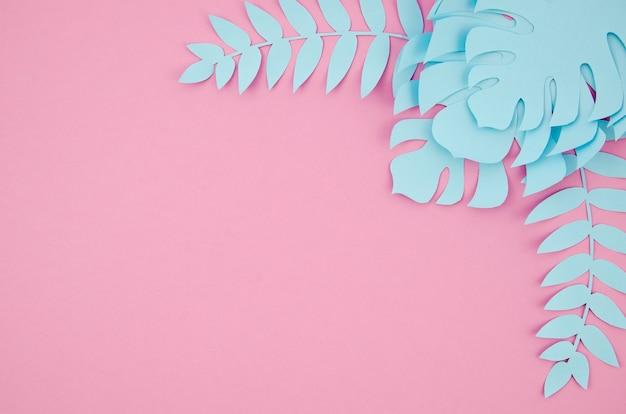 Monstera azul deja marco con copia espacio fondo rosa