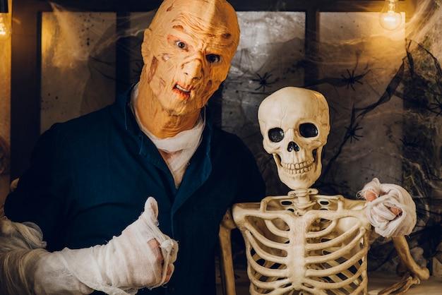 Monstruo abrazando esqueleto