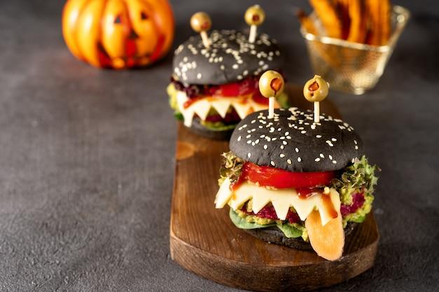 Monstruo de hamburguesas para la celebración de halloween en la oscuridad