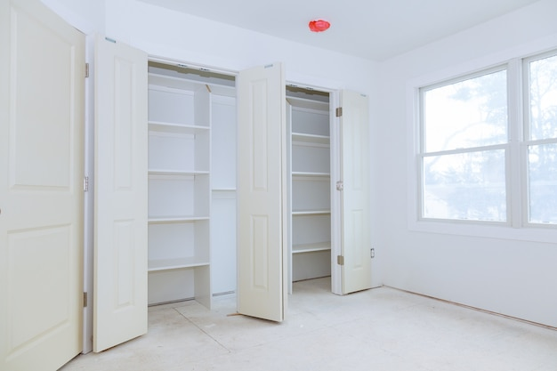 Montaje del armario con estanterías de madera.