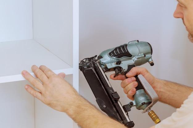 Montaje de estantes para armario con hogar un nuevo departamento