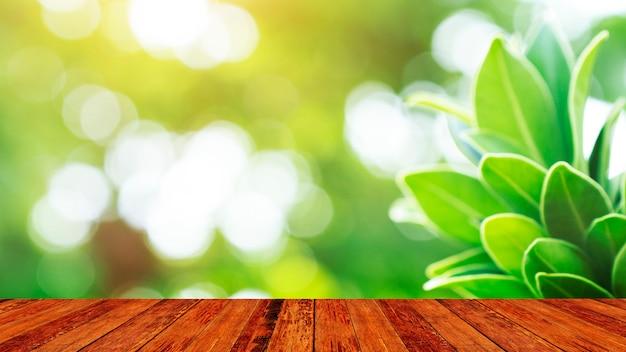 Montaje de mesa de madera de madera y fondo verde de la naturaleza