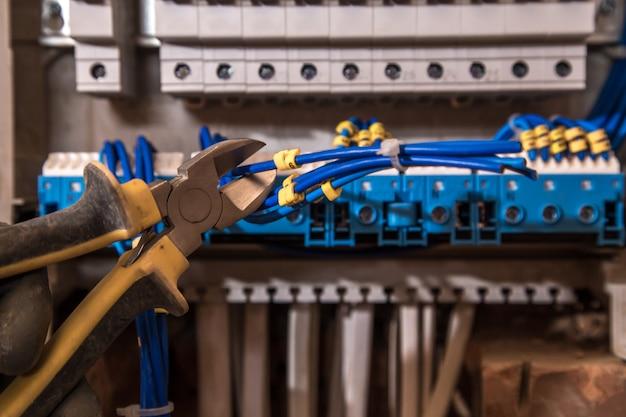 El montaje del panel eléctrico, trabajo de electricista, un robot con cables e interruptores de circuito