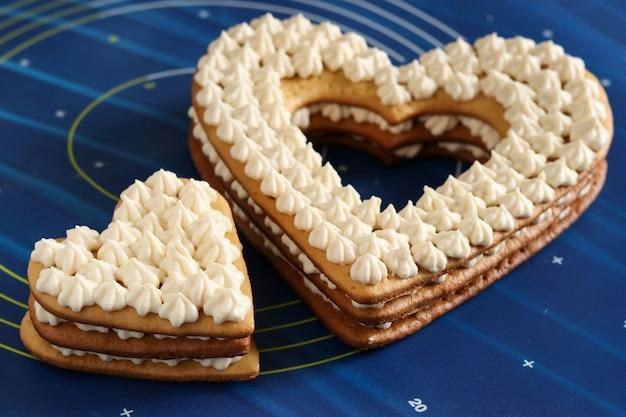 Montaje de pasteles en forma de corazón con crema de mantequilla