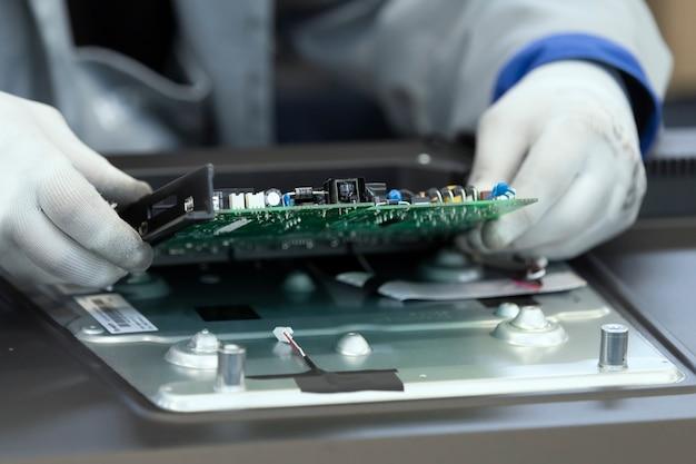 Montaje de placas de circuito impreso para televisores en fábrica