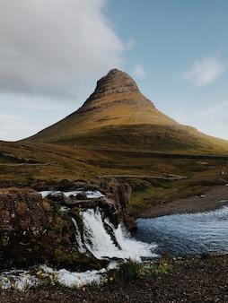 Montaña afilada y cascada
