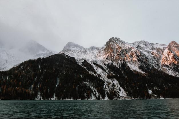Montaña al lado del cuerpo de agua