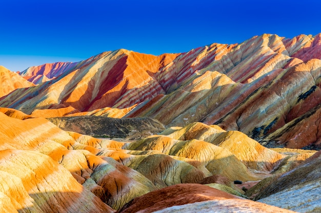 Montaña del arco iris y cielo azul en puesta de sol en el geoparque nacional zhangye danxia