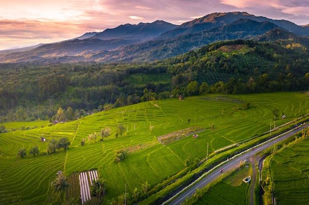 Montaña de belleza con increíble color de cielo