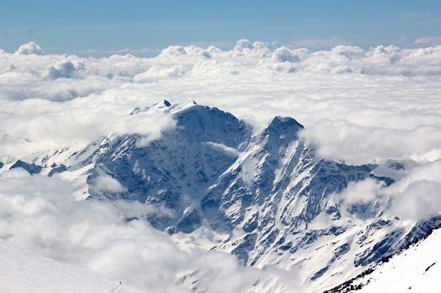Montaña cubierta de nieve con glaciar