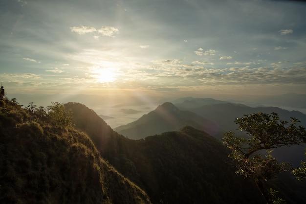 Montaña escénica bordeada de suplentes.