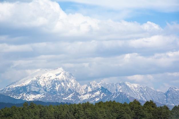 Montaña escénica de nieve en la montaña de nieve del dragón de jade, lijiang, china