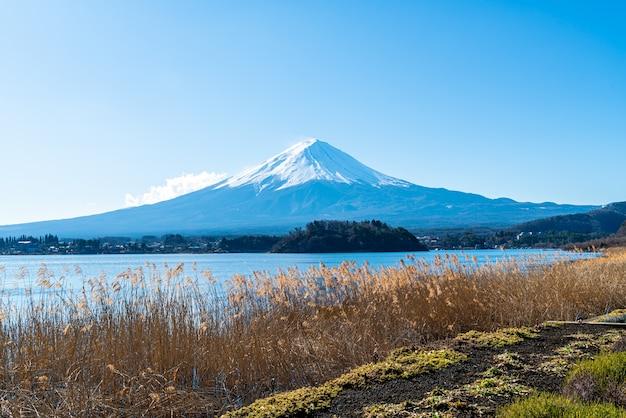 Montaña fuji con lago kawaguchiko y cielo azul