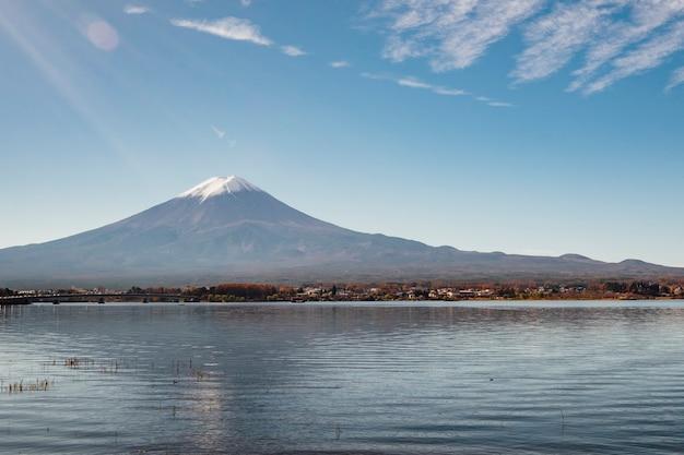 Montaña fuji en el lago kawaguchiko, japón