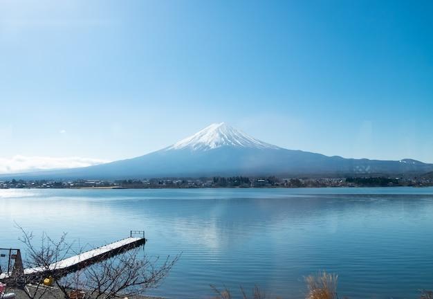Montaña fuji y lago kawaguchiko con nubes y cielo azul día