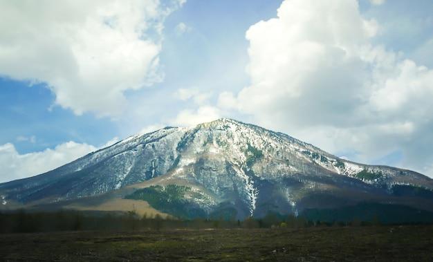 Montaña grande con nieve en la cima