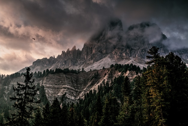 Montaña con hielo cubierto de nubes negras y grises