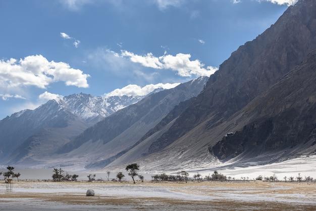 Montaña en leh ladakh con luz solar