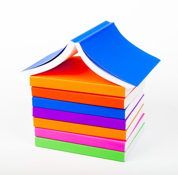 Montaña de libros con el fondo blanco