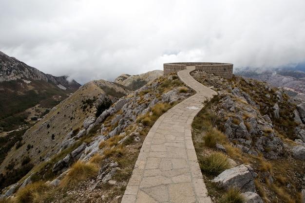 Montaña lovcen en montenegro con el sitio del mausoleo