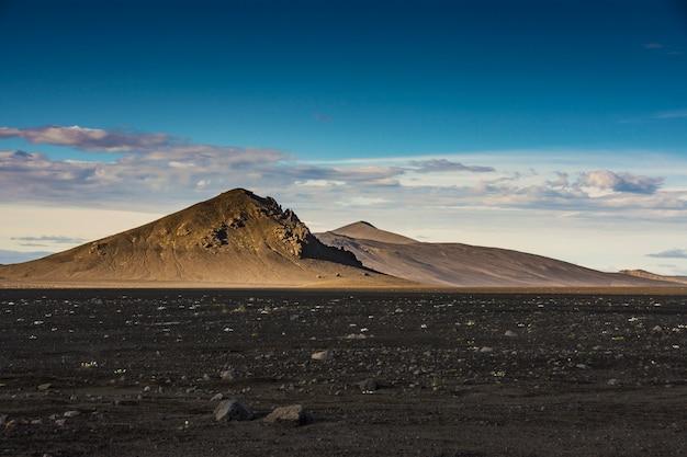 Montaña marrón aislada con tierra negra del suelo en landmannalaugar en verano