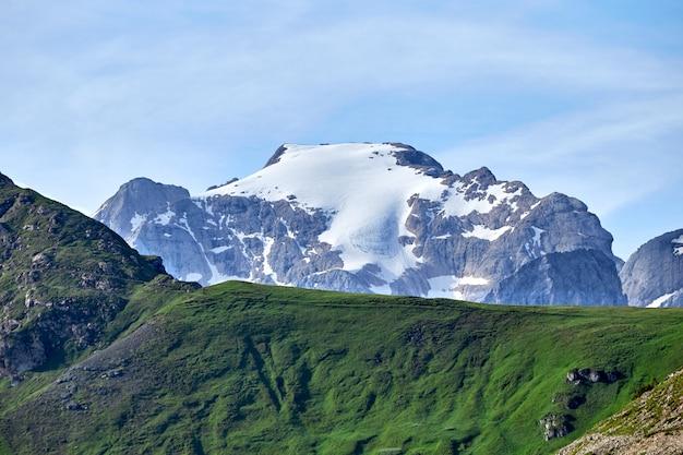 La montaña más alta de marmolada cubierta de nieve en dolomitas