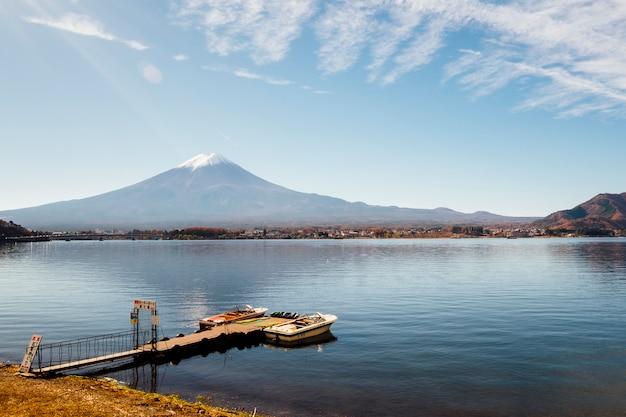 Montaña y muelle de fuji en el lago kawaguchiko, japón