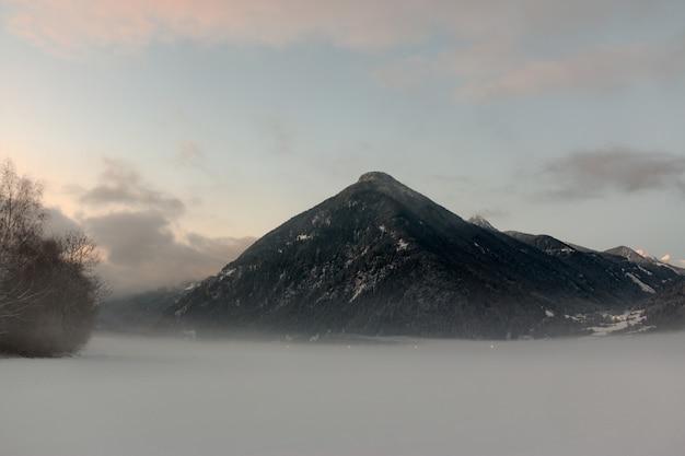 Montaña negra bajo cielo nublado