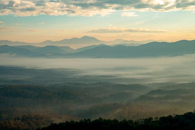 Montaña con niebla blanca en el amanecer de mañana, paisaje de la naturaleza. hermosa montaña con niebla blanca en el amanecer de mañana, paisaje de la naturaleza