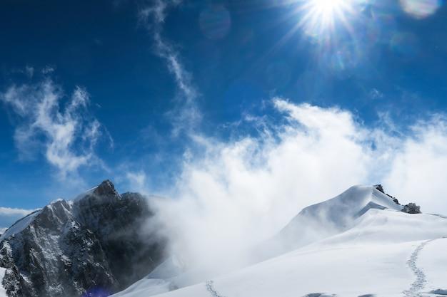 Montaña de nieve a la deriva en las montañas