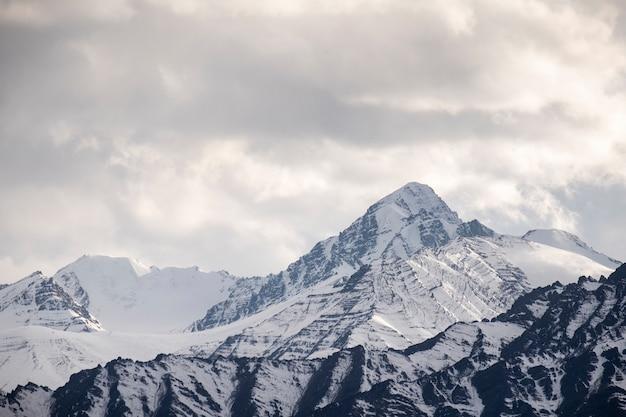 Montaña de nieve en leh, india