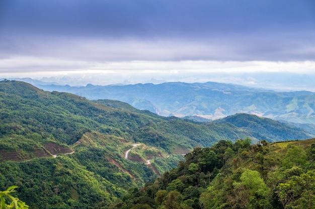 Montaña con paisajes de cielo entre el camino.