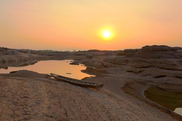 Montaña de piedra de la salida del sol en sam phan bok, gran cañón de tailandia