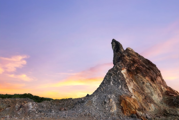 Montaña de roca al atardecer