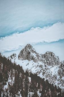 Montaña rocosa cubierta de nieve