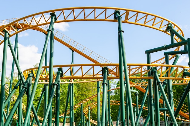 Montaña rusa en el parque de atracciones
