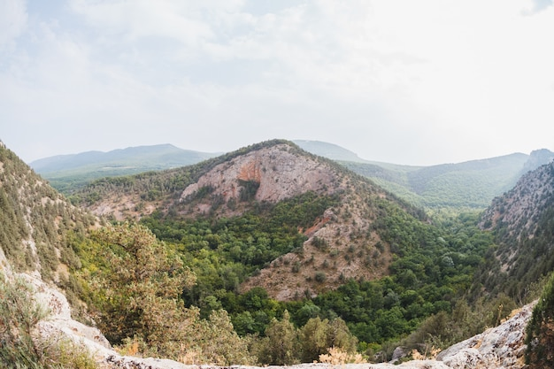 Montaña solitaria en la cima cerca del abismo.
