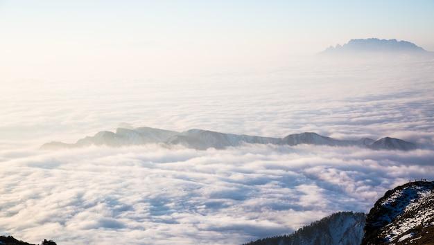 Montaña tapada por una nube