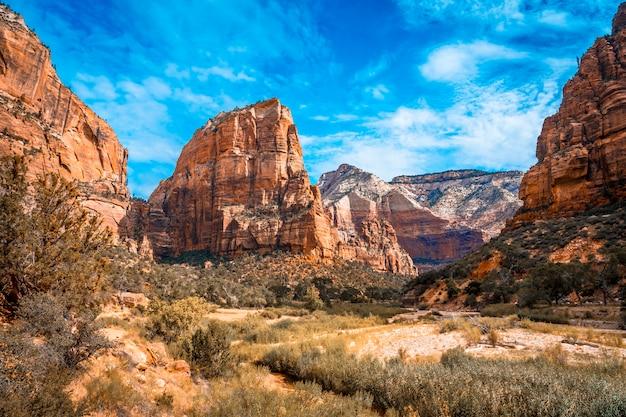 La montaña de trekking de angels landing trail en el parque nacional zion visto desde el río