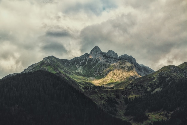 Montaña verde y marrón durante el día