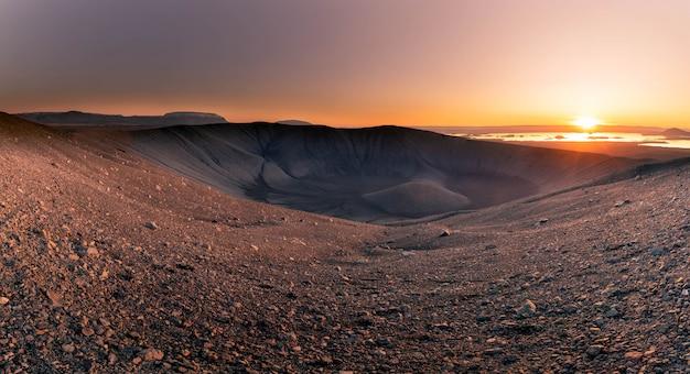 Montaña del volcán hverfjall en el norte de islandia.