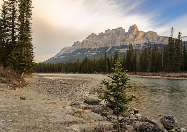 Las montañas del castillo y el río bow en el parque nacional banff en alberta, canadá
