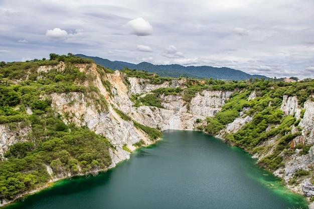 Montañas, cielo y agua gran cañón tailandia