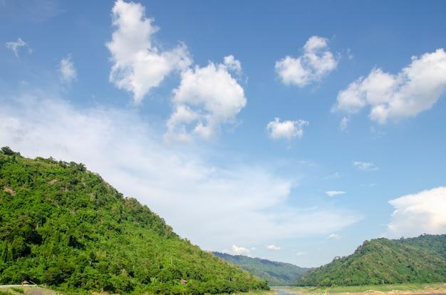 Montañas y cielo y nubes blancas con patrones borrosos.