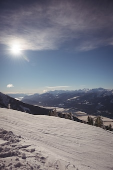 Montañas cubiertas de nieve durante el invierno